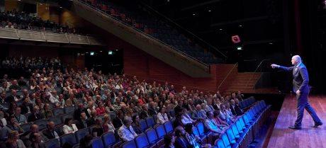 Dagvoorzitter Boris van der Ham spreekt zaal toe
