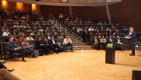Roderick Conijn, European Sustainability Ambassador bij Interface liet zien dat vloerbedekking op vergelijkbare wijze zowel via huurkoop, terugkoop als full-service-model aangeboden kan worden.